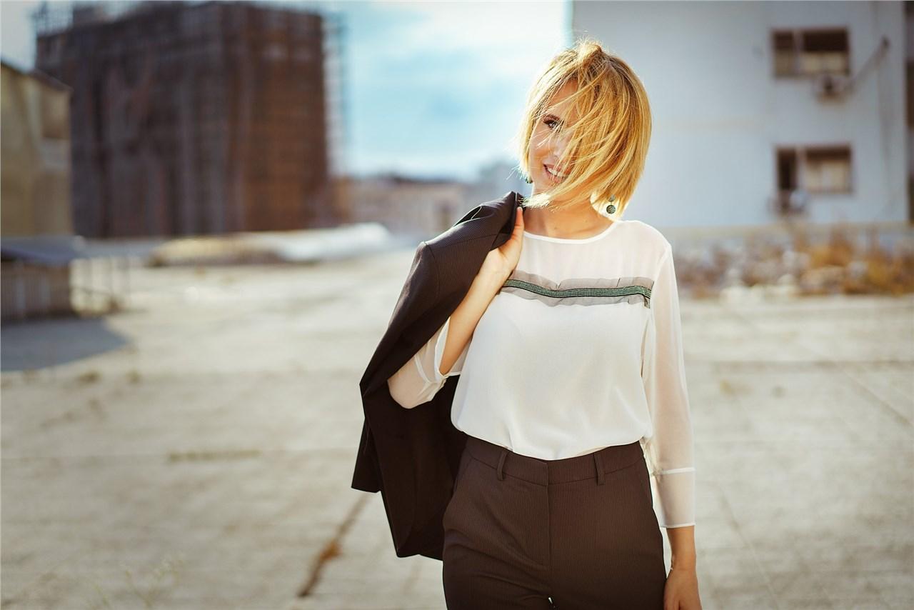 """Елеганција во деловниот свет - Росана Јанков зборува за тоа како модата може дa е моќно """"оружје"""" во бизнис окружувањето"""